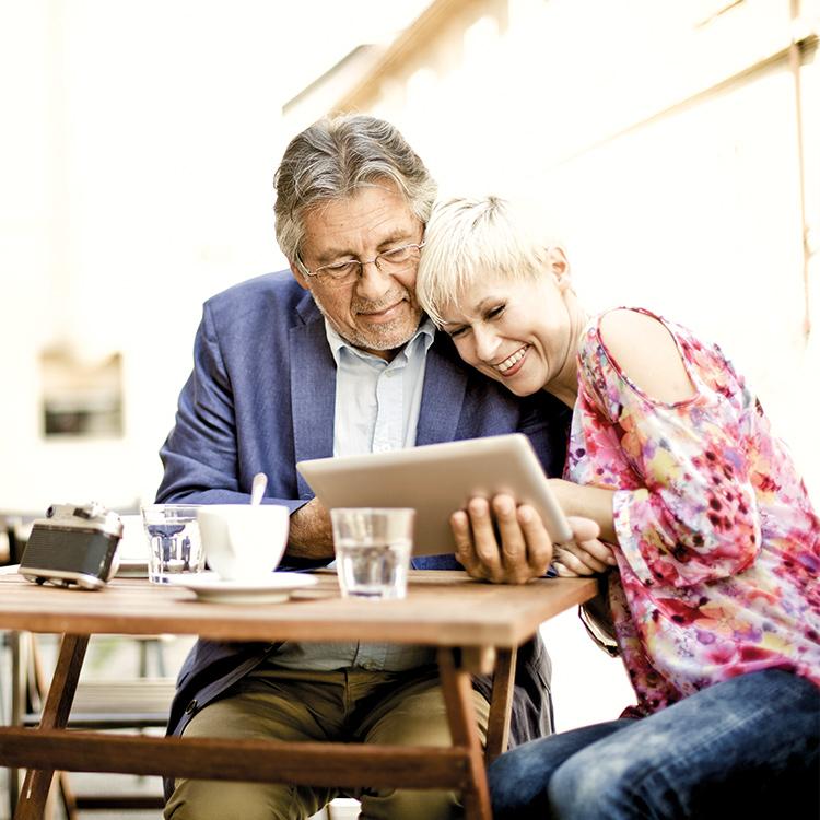 Ältere Menschen in Viersener Wohnung